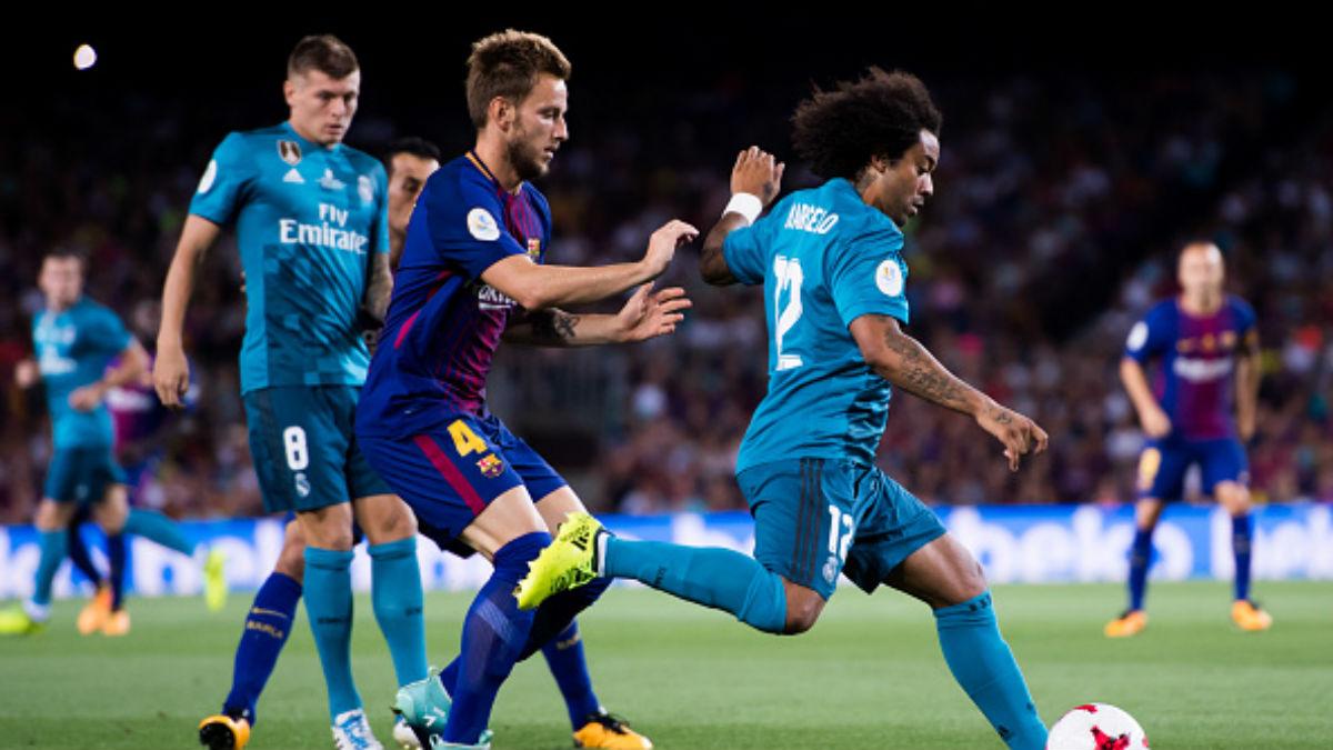 Marcelo, con el balón, ante la presión de Rakitic en la Supercopa (Getty).