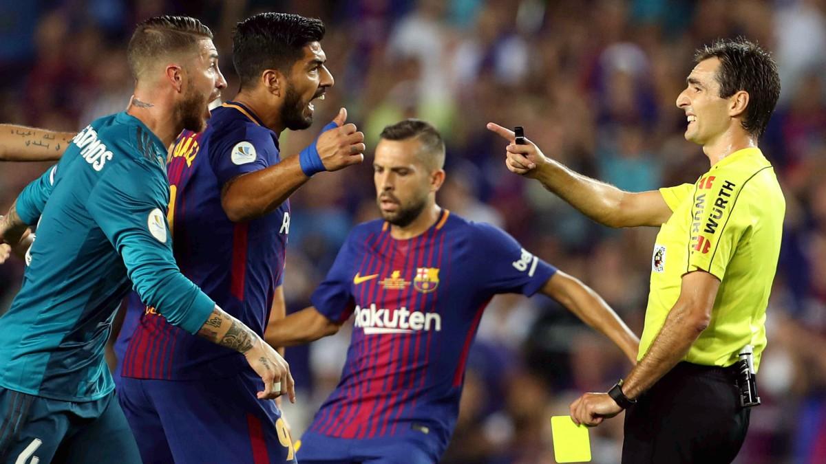 De Burgos Bengoetxea, tras pitar el penalti a Luis Suárez. (EFE)