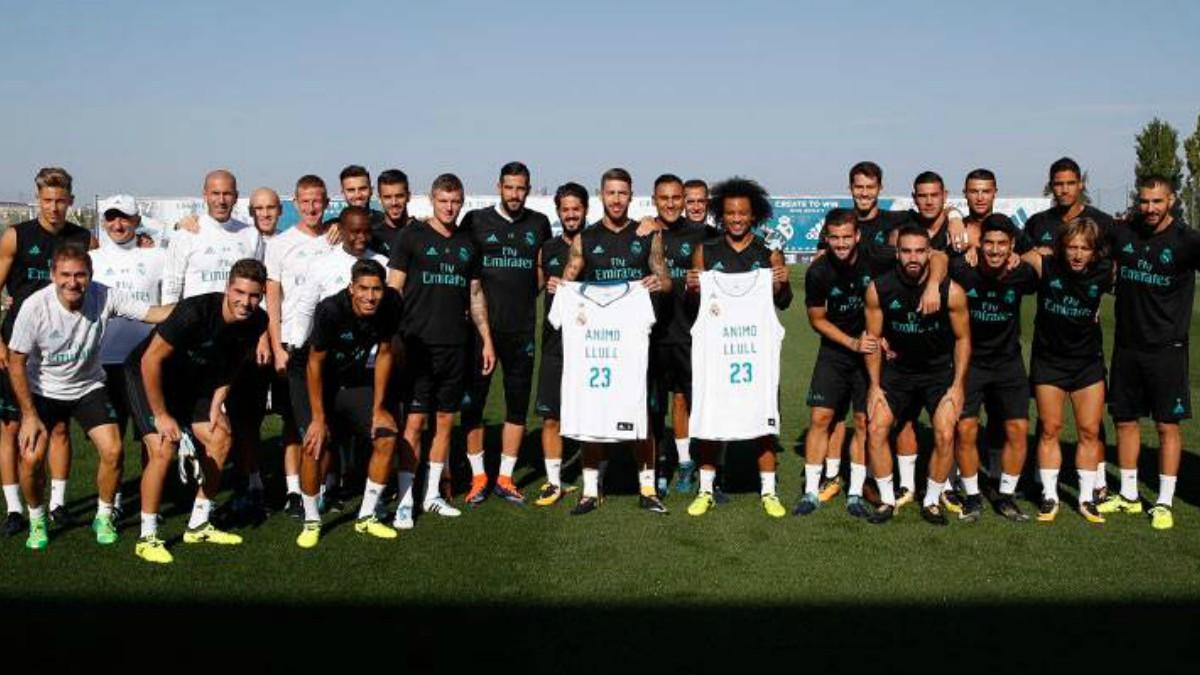 Los jugadores del Real Madrid, con una camiseta de apoyo a Llull.