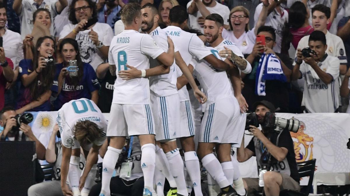Los jugadores del Real Madrid celebran el gol de Asensio contra el Barça. (AFP)