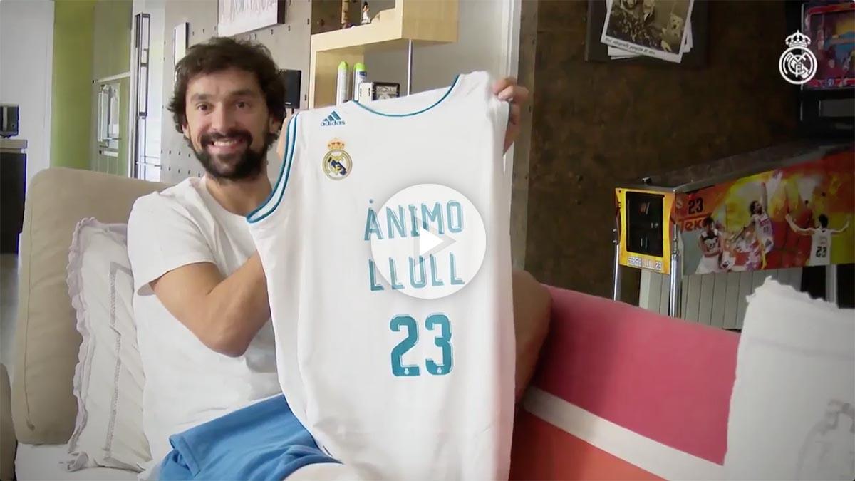 Sergio Llull posa con la camiseta que le han regalado sus compañeros de fútbol.