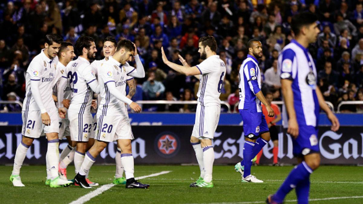 Los jugadores del Real Madrid celebran uno de los goles de Isco, la pasada campaña, en Riazor (Getty).