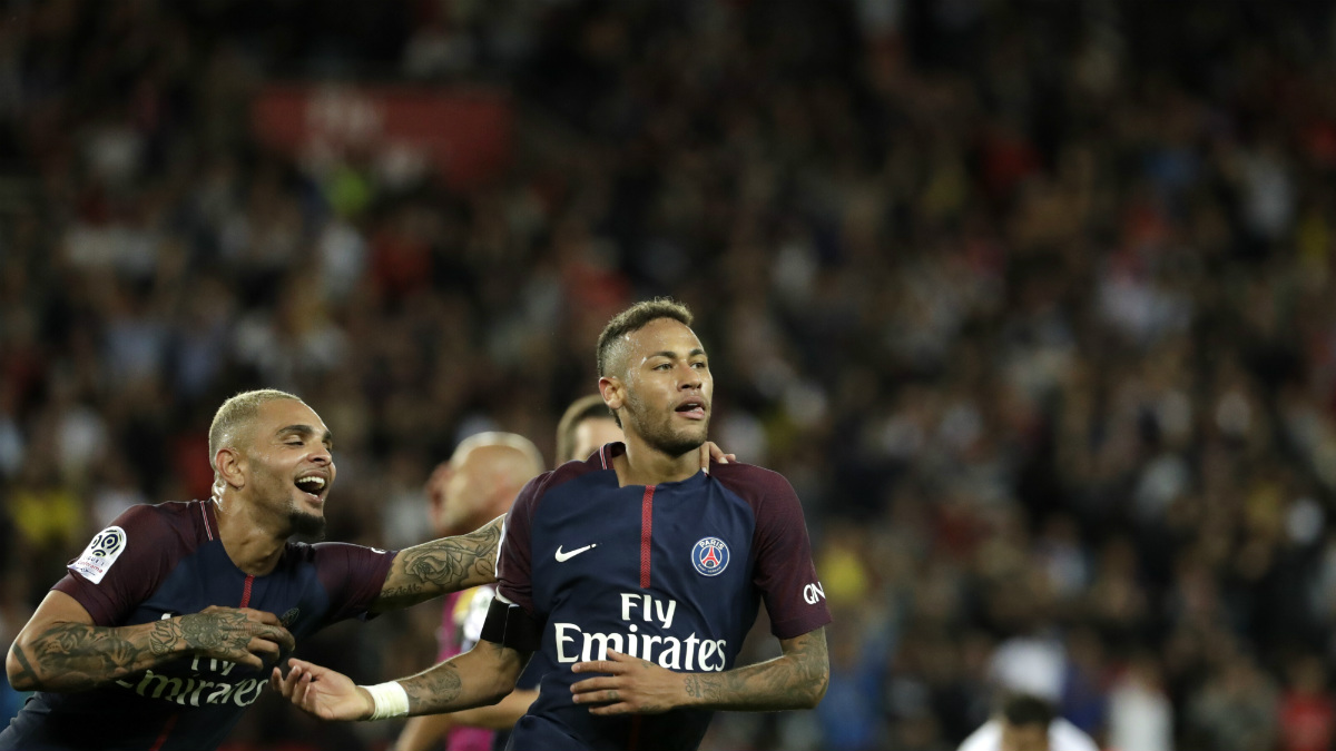 Neymar es felicitado por sus compañeros tras un golazo. (AFP)