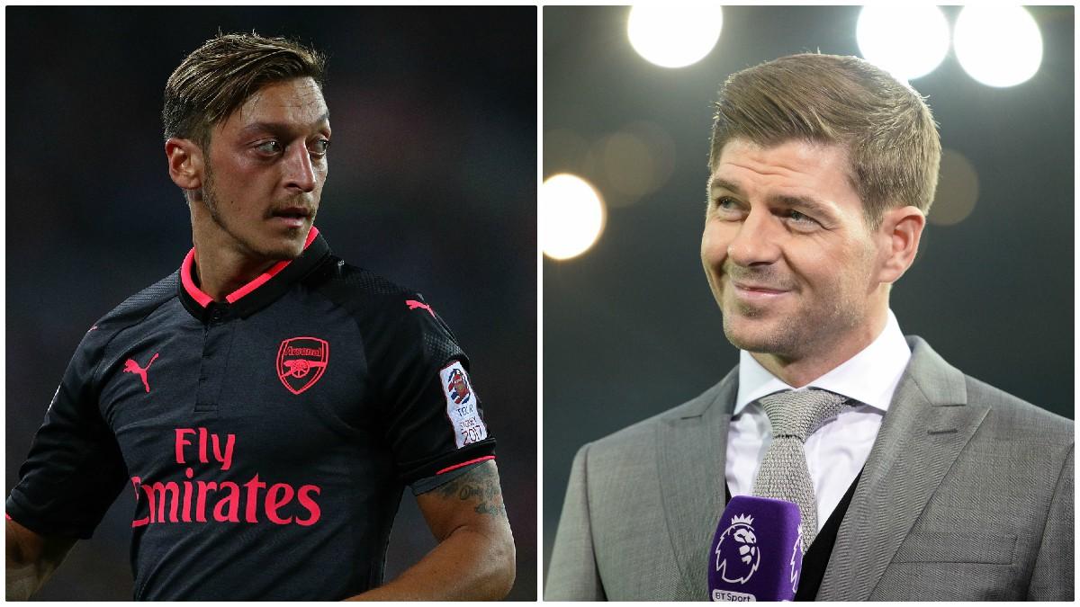 Steven Gerrard carga contra Mesut Özil.