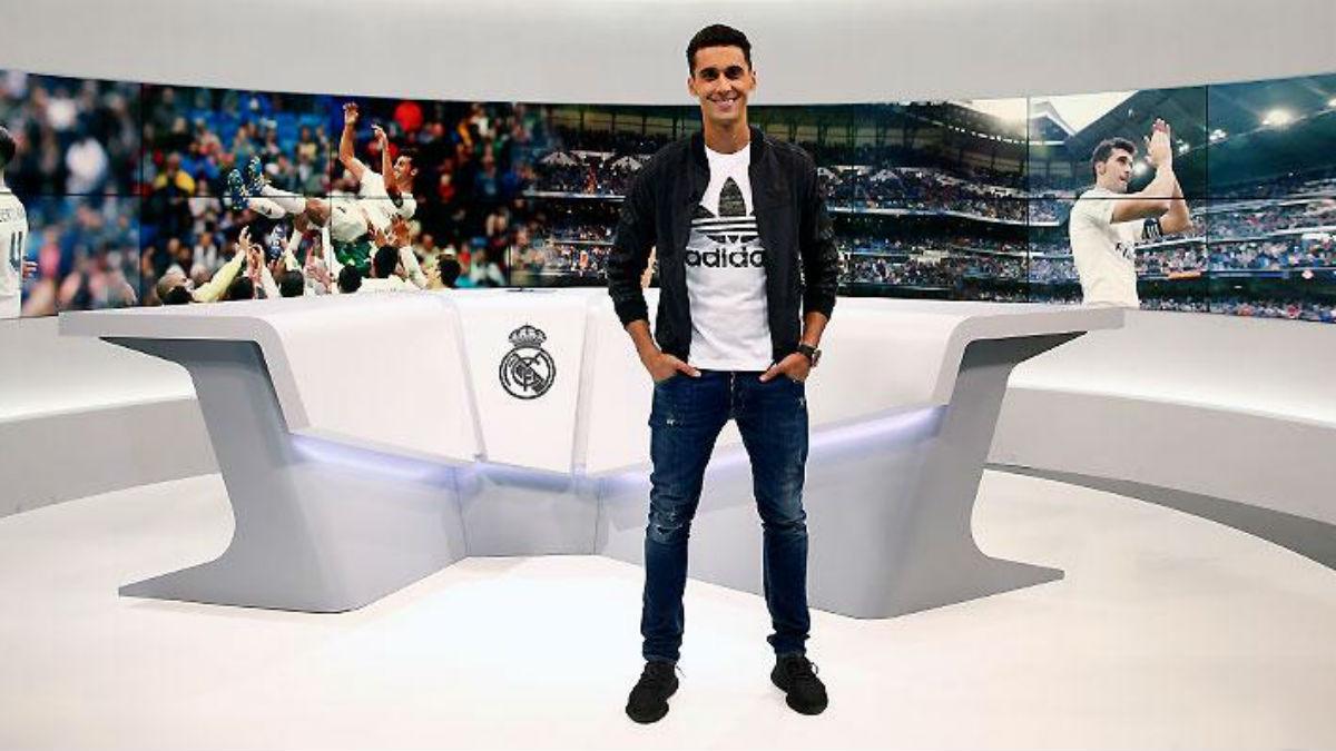 Arbeloa posa en el plató de Real Madrid TV.