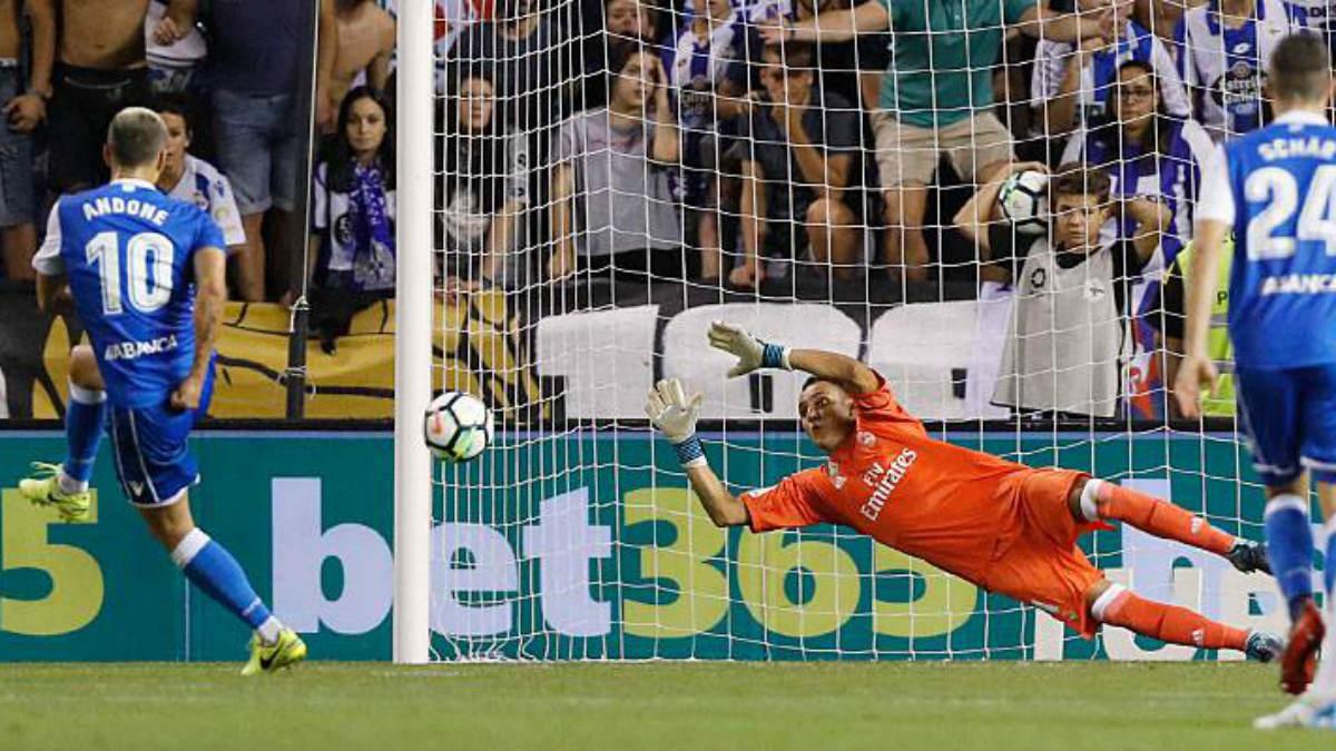 Keylor detiene el penalti a Andone. (realmadrid.com)