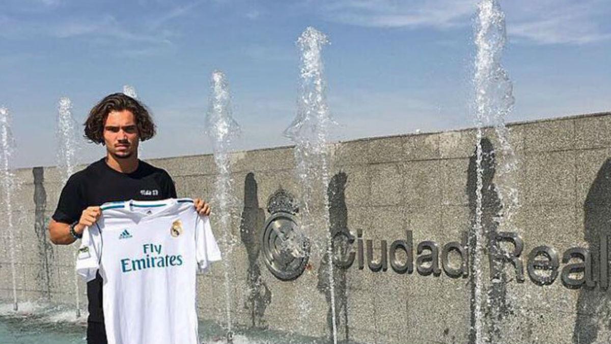Mink Peeters posa con la camiseta del Real Madrid en Valdebebas. (Twitter)