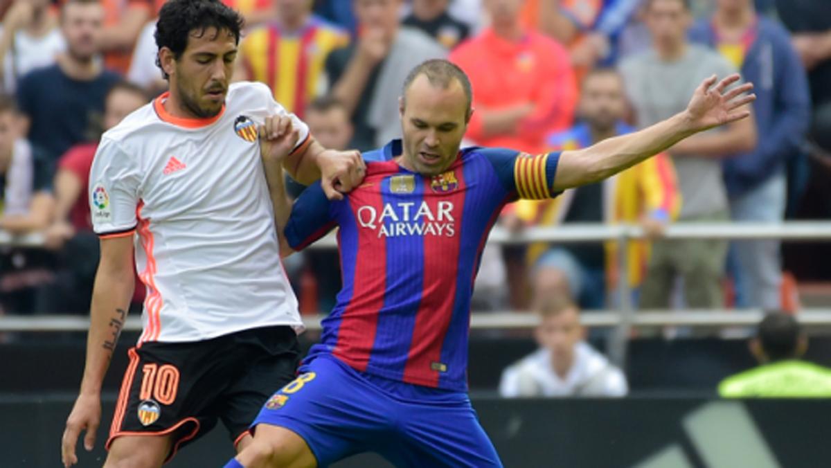 Parejo, pelenado con Iniesta por un balón durante un Valencia-Barcelona (EFE).