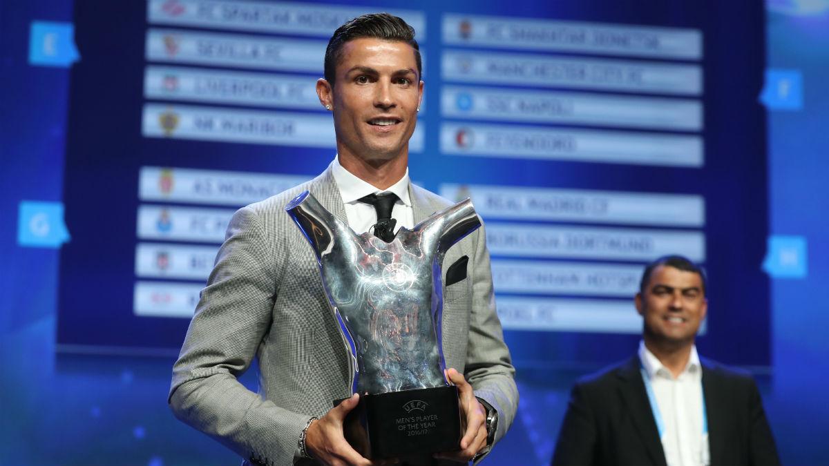 Cristiano Ronaldo con el premio que le designa como mejor jugador de la UEFA. (AFP)