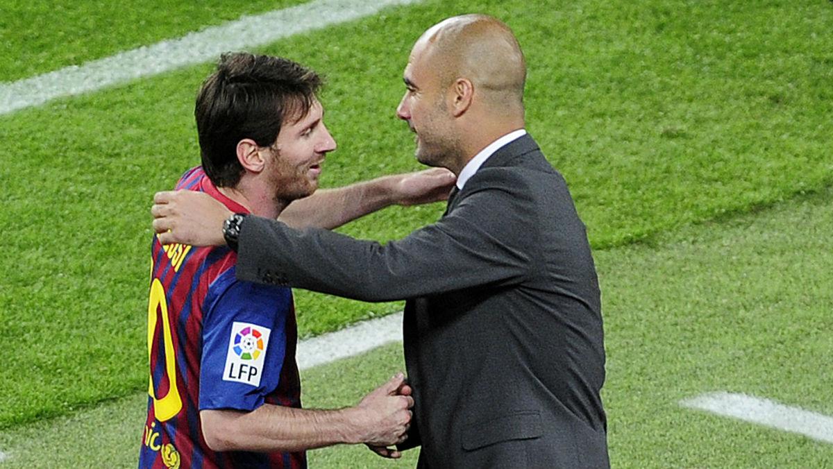 Messi y Guardiola se abrazan en un partido. (AFP)
