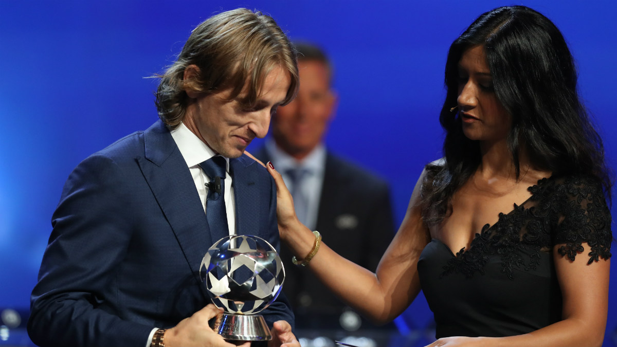 Luka Modric recoge el premio al mejor centrocampista de la última Champions. (AFP)