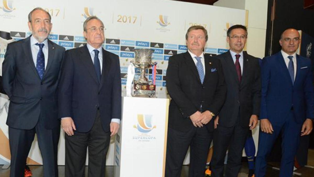 Florentino Pérez, Larrea y Bartomeu en la previa de la Supercopa. (FFM)