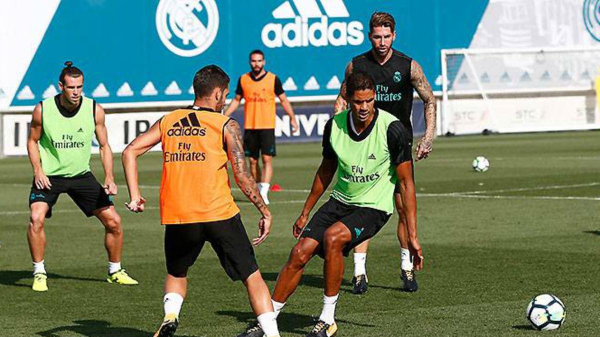 Raphael Varane se entrena con el Real Madrid. (Realmadrid.com)