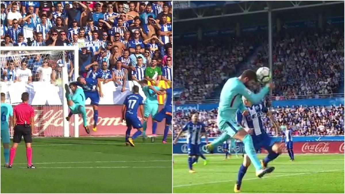 Gerard Piqué golpeó el balón con la mano y se 'cayó' en el área.