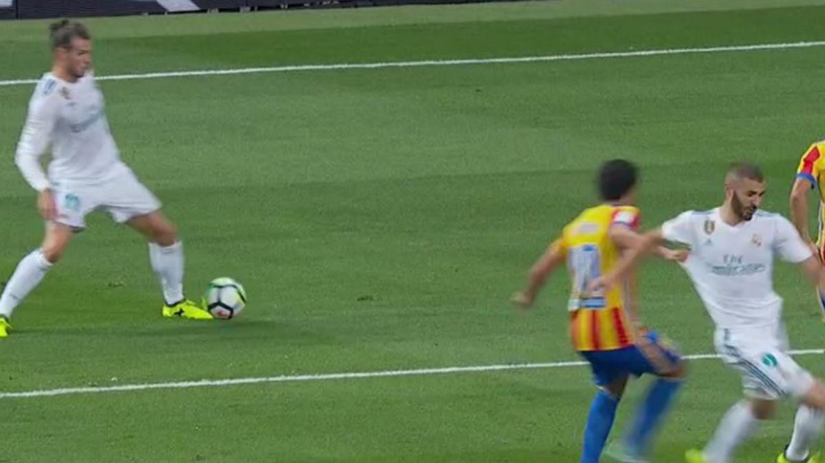 Parejo agarró claramente a Benzema en el área esta temporada durante el Real Madrid-Valencia.