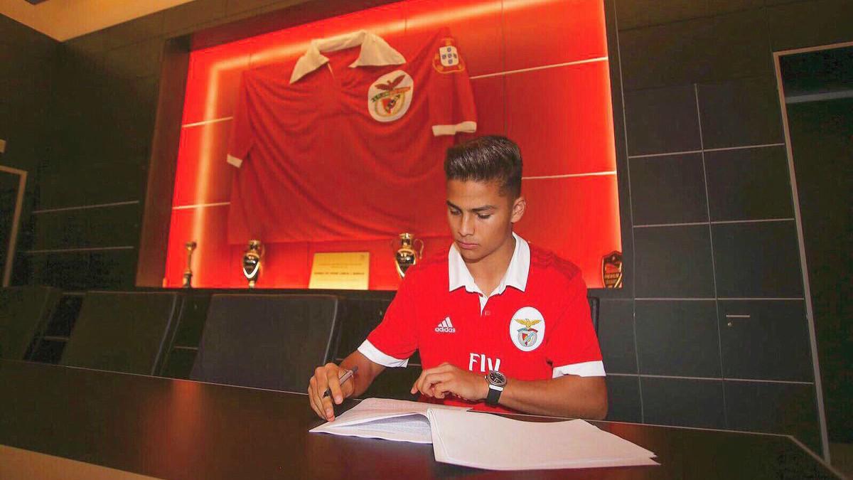 Paolo Medina firmó su contrato con el Benfica.