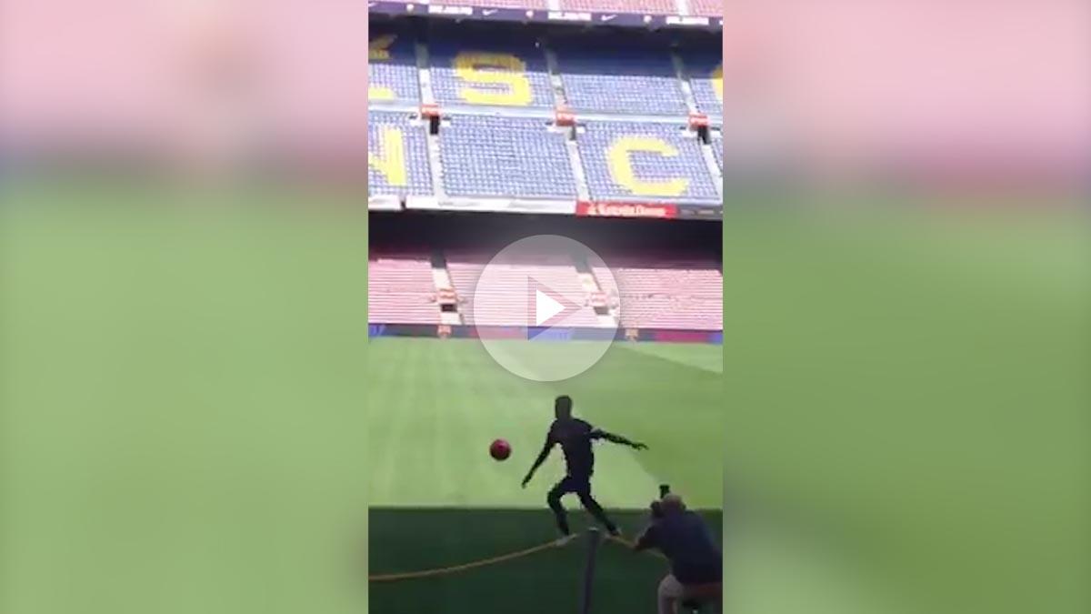 Dembélé hace 'malabares' ante la afición del Camp Nou.