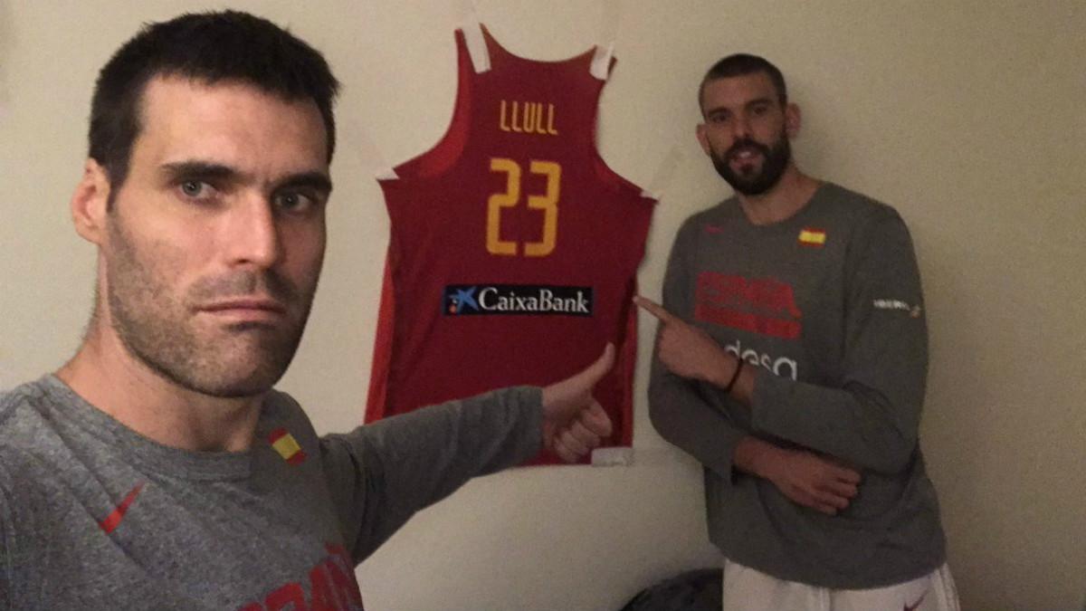 San Emeterio y Marc Gasol posan junto a la camiseta de Llull.