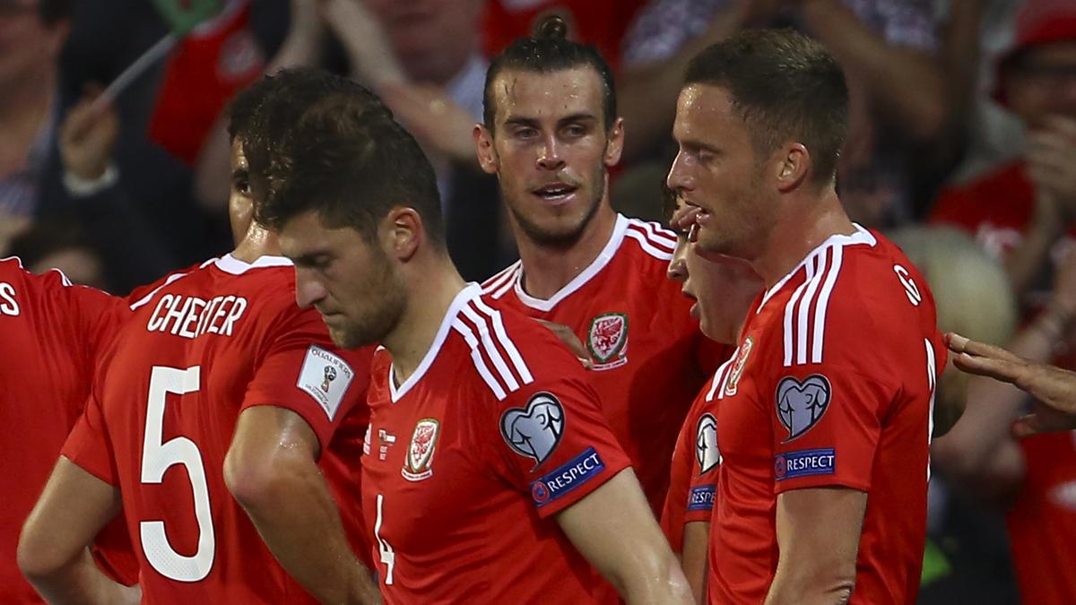Bale, celebrando el gol de Gales con sus compañeros (AFP).