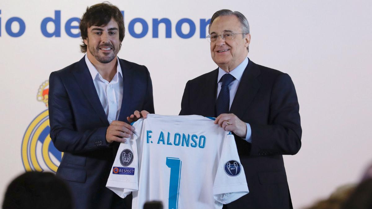 Florentino regaló una camiseta a Alonso. (EFE)