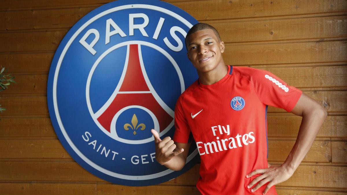 Mbappé posa con el escudo del PSG.