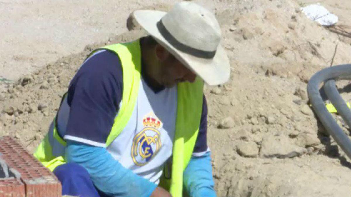 Un obrero del Wanda acude a trabajar vestido del Real Madrid.