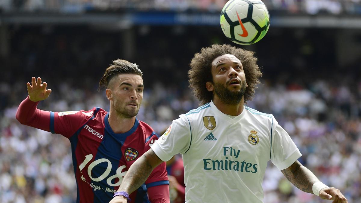 Marcelo, intentando controlar un balón (AFP).