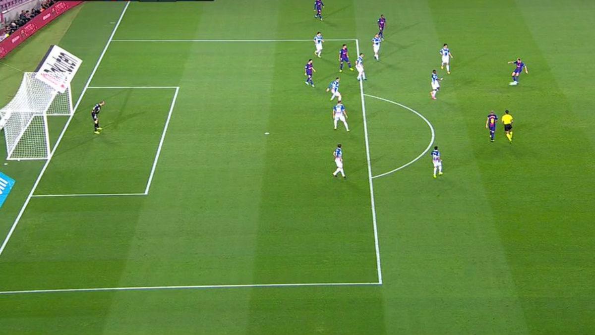 Messi hace el primer gol del Barcelona en fuera de juego.