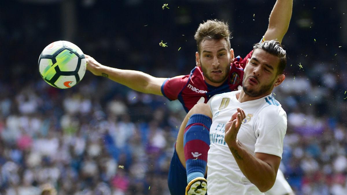Theo Hernández durante el Real Madrid-Levante. (AFP)