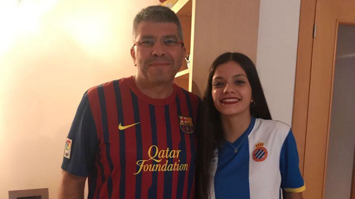 Paco y su hija posan con los colores del Barcelona y del Espanyol.