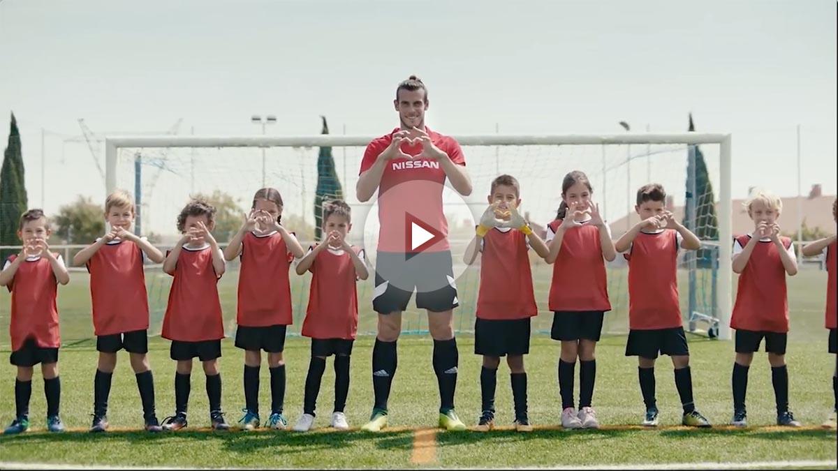 Gareth Bale disfruta con los niños en el rodaje del anuncio.