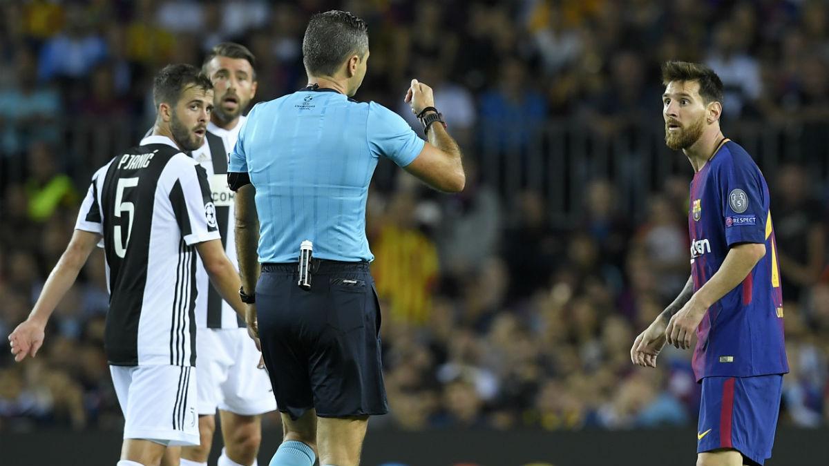 Messi es amonestado por agarrar y pedir amarilla al árbitro. (AFP)