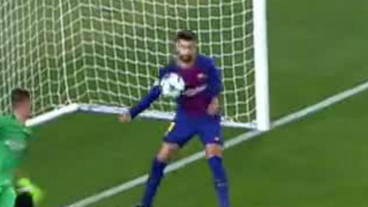 Piqué evita el gol de la Juventus con la mano.