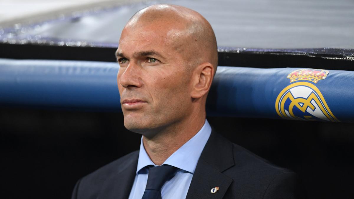 Zidane, de pie en el banquillo del Bernabéu durante el Real Madrid-Apoel (AFP).