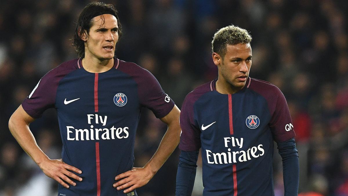 Cavani y Neymar, antes de sacar la falta. (AFP)