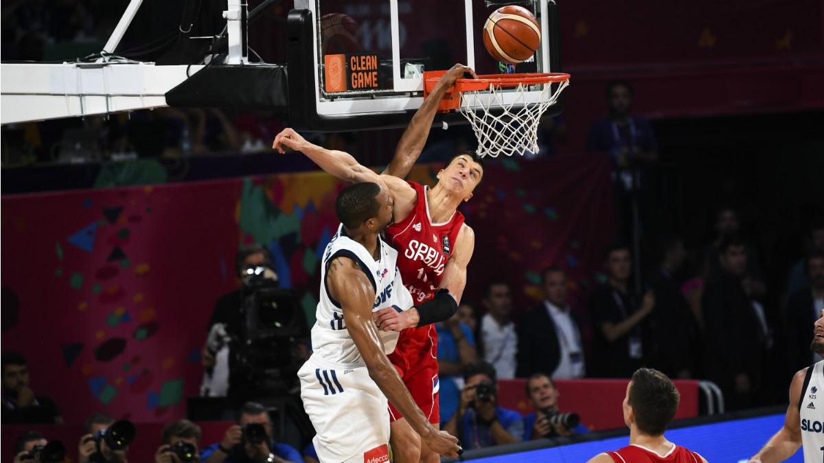 Anthony Randolph hace un mate en la final del EuroBasket. (AFP)