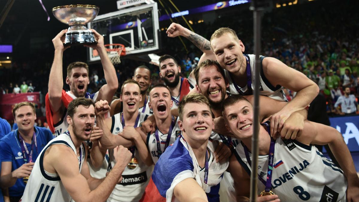 Luka Doncic se hace un selfie con sus compañeros tras ganar el EuroBasket. (AFP)