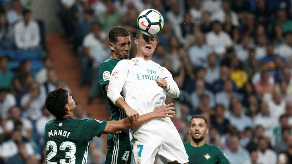 Cristiano Ronaldo cabecea un balón frente al Betis (Getty Images).