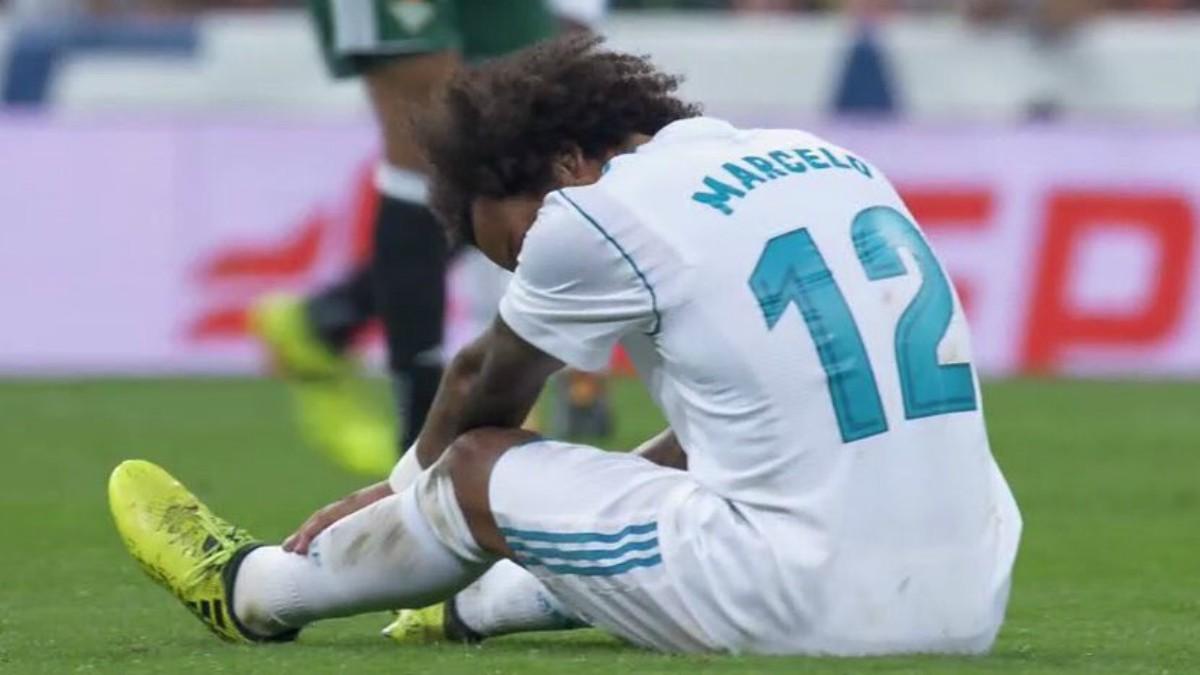 Marcelo se duele en el césped. (Twitter)