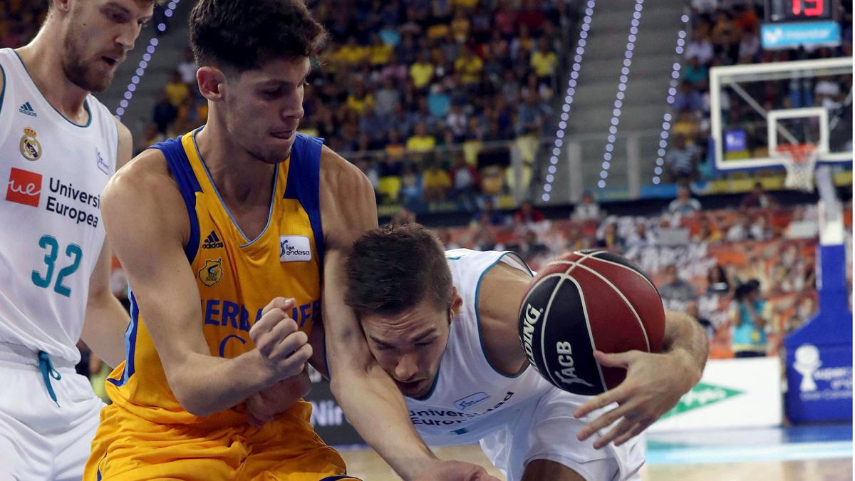 Causeur, peleando con Paulí por un balón (EFE).