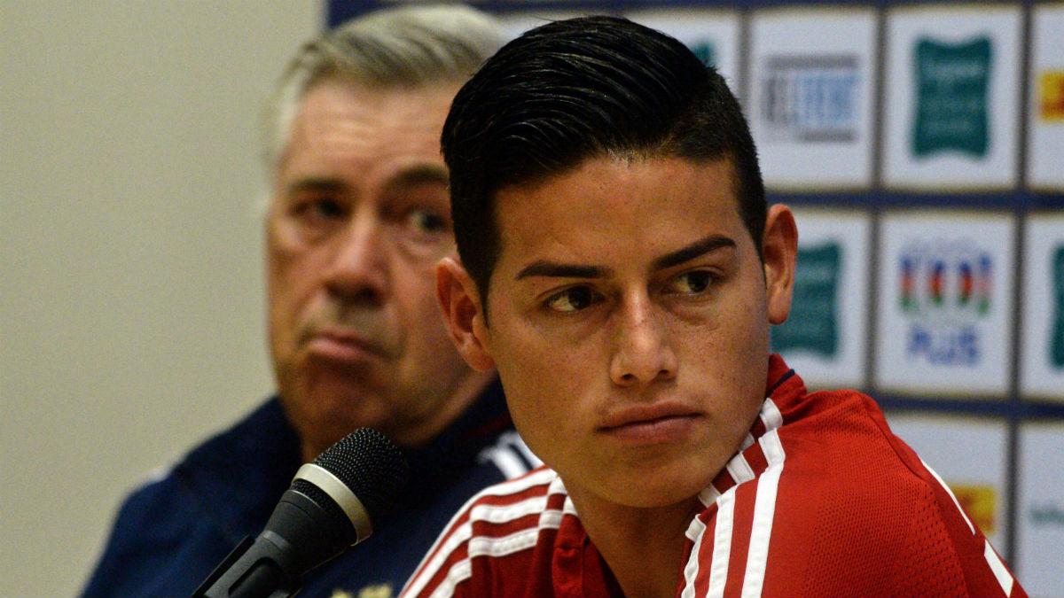 James Rodríguez, junto a Ancelotti en una rueda de prensa. (AFP)