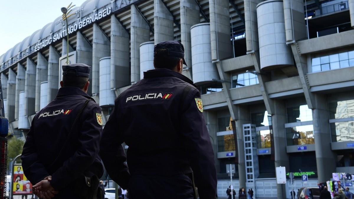 Miembros de la Policía Nacional en el estadio Santiago Bernabéu. (Getty)