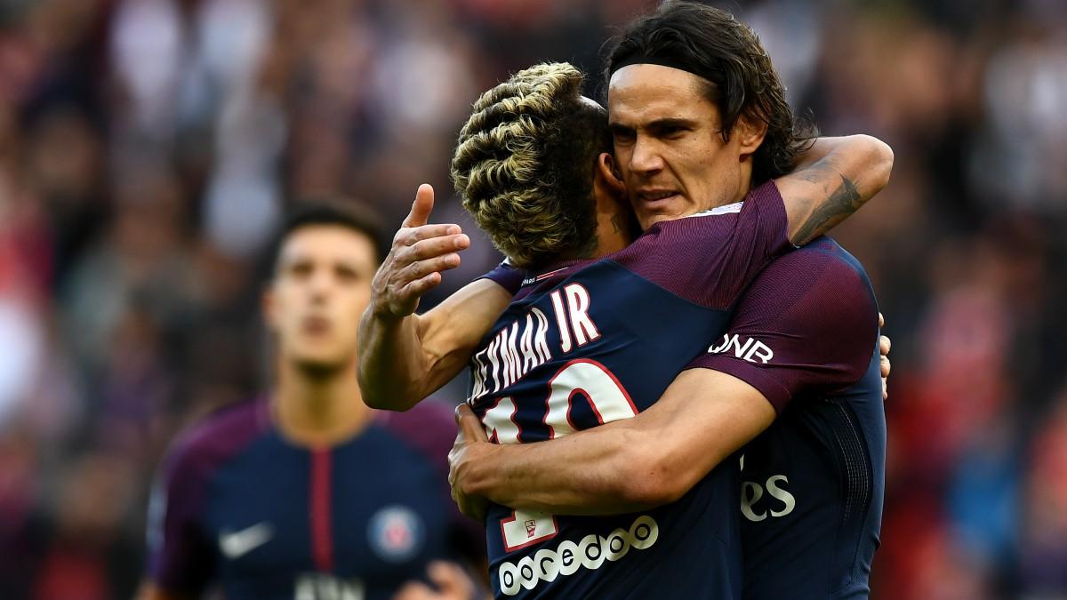 Neymar y Cavani se abrazan tras el gol del brasileño. (AFP)
