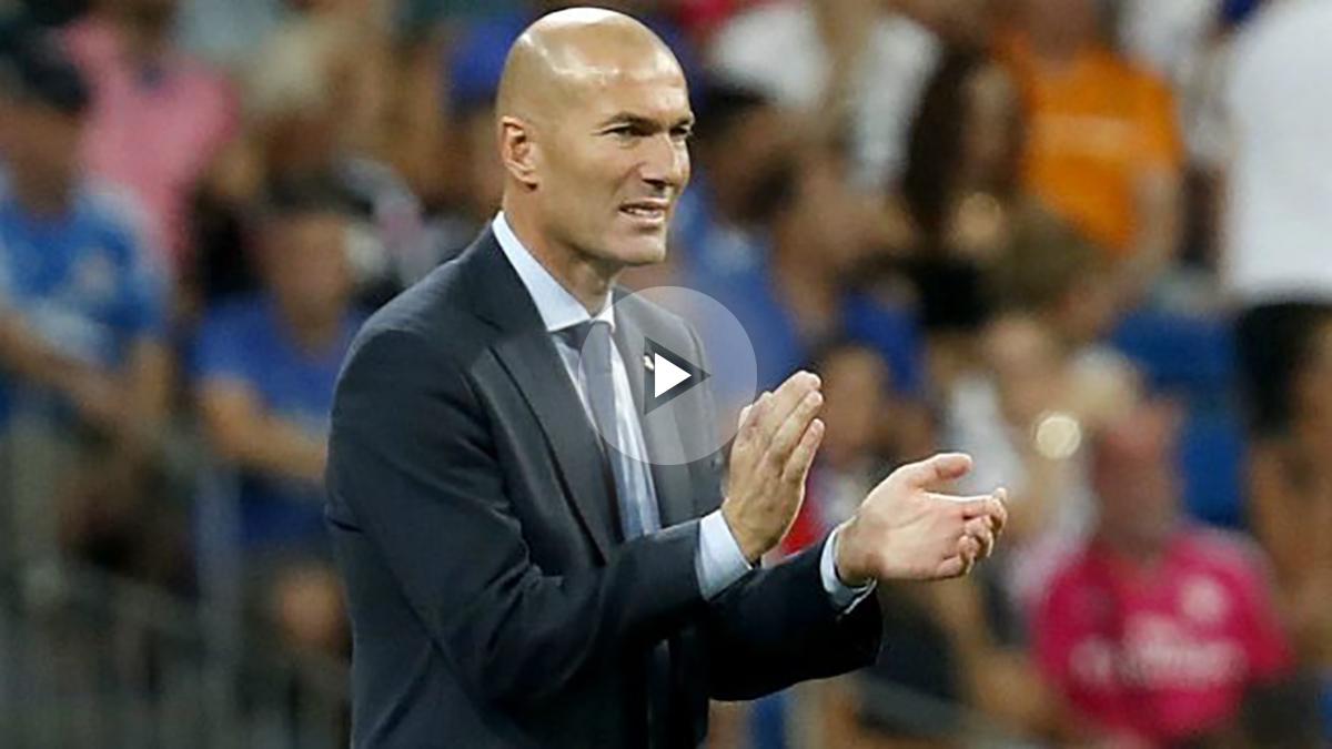 Zidane aplaude a sus jugadores en la vuelta de la Supercopa de España. (EFE)