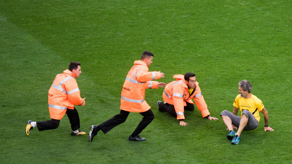 Un espontáneo se cuela en el Camp Nou a puerta cerrada. (Getty)