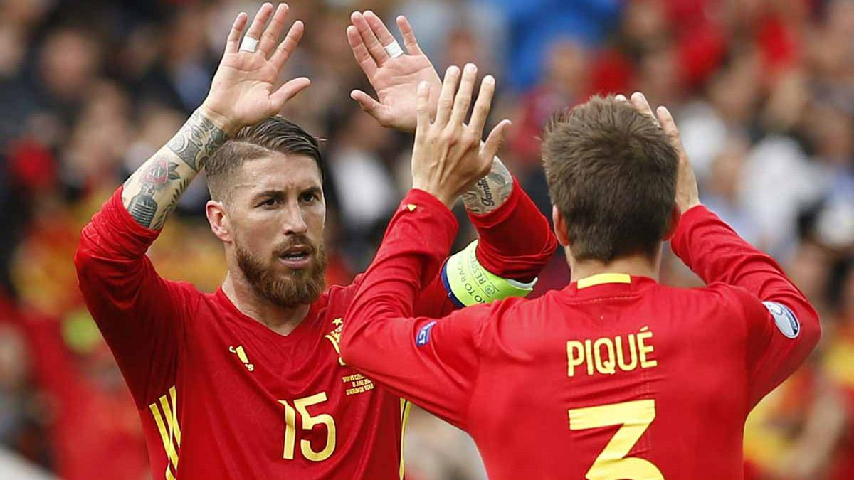 Sergio Ramos y Piqué chocan las manos en un partido de la selección española.