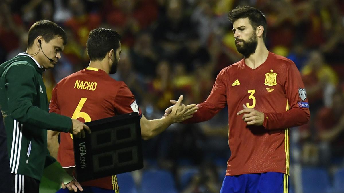 Piqué, en el momento en que fue sustituido por Nacho. (AFP)