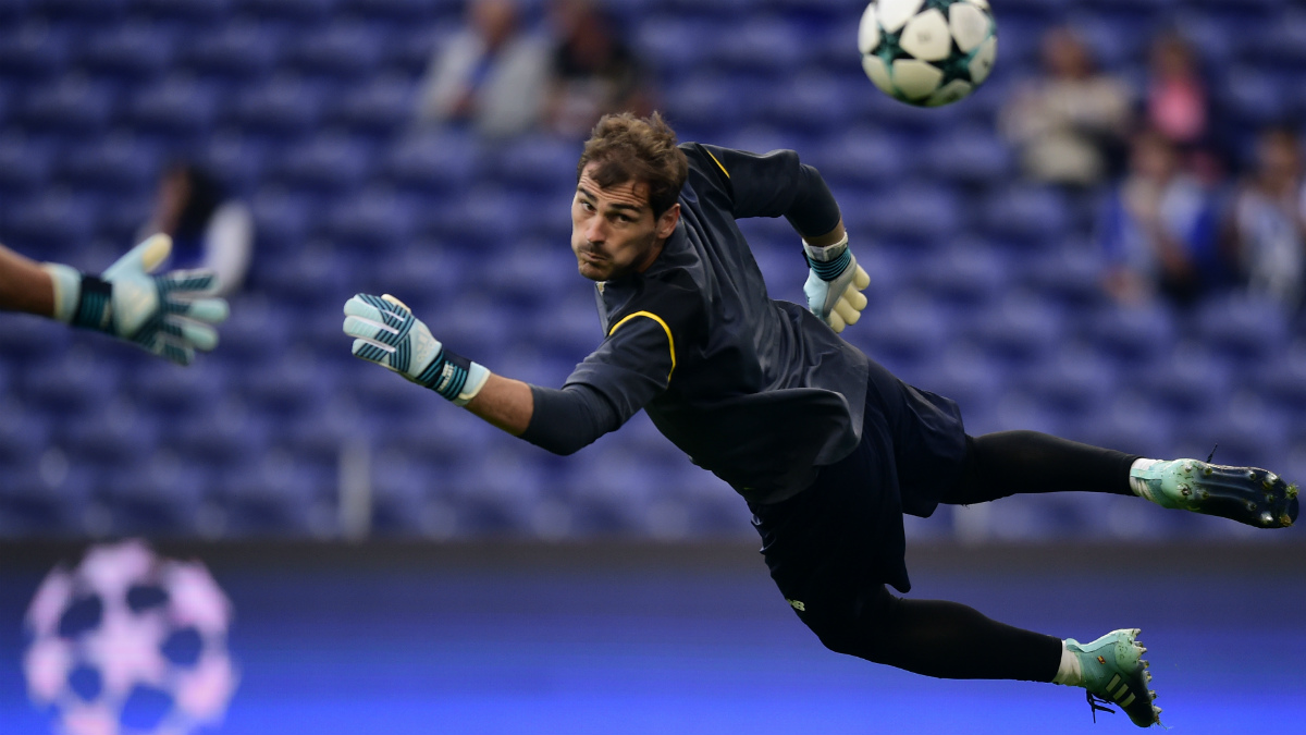 Iker Casillas, en un calentamiento reciente en un partido de Champions. (AFP)