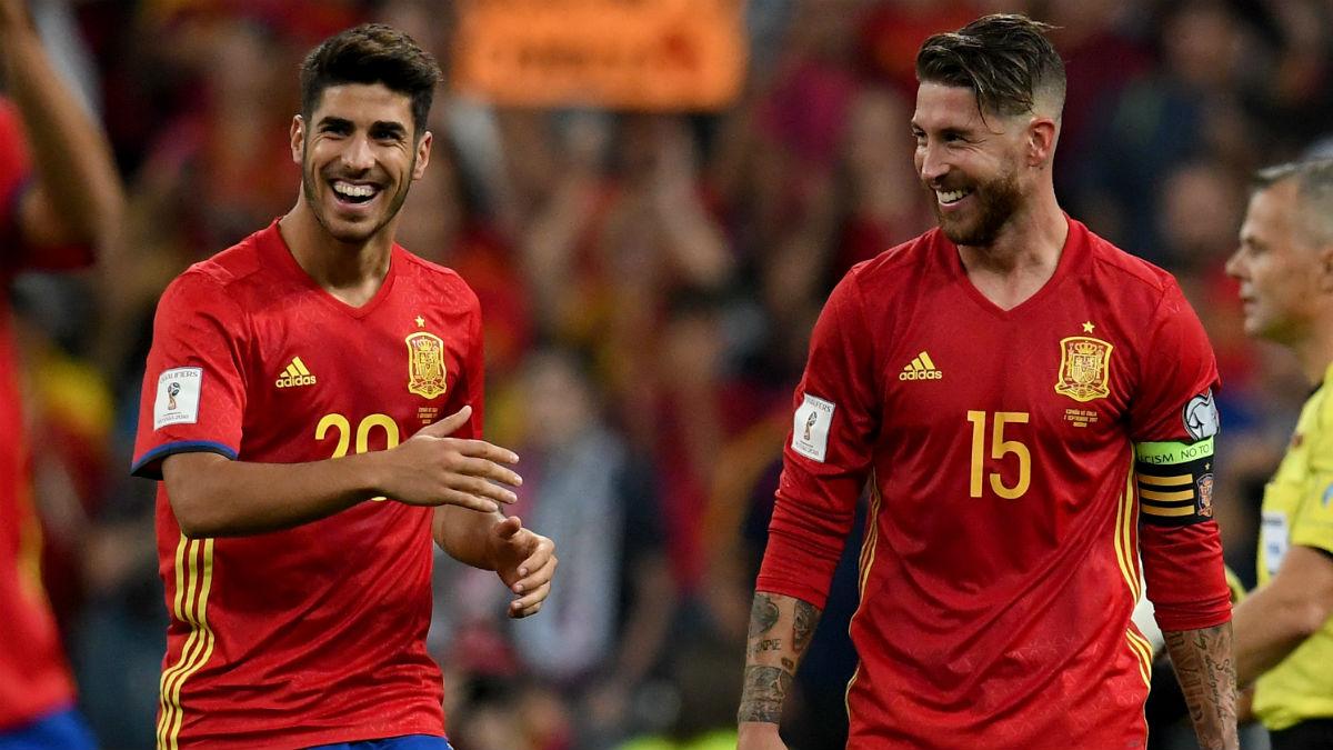 Sergio Ramos y Marco Asensio, en un partido con la selección española.