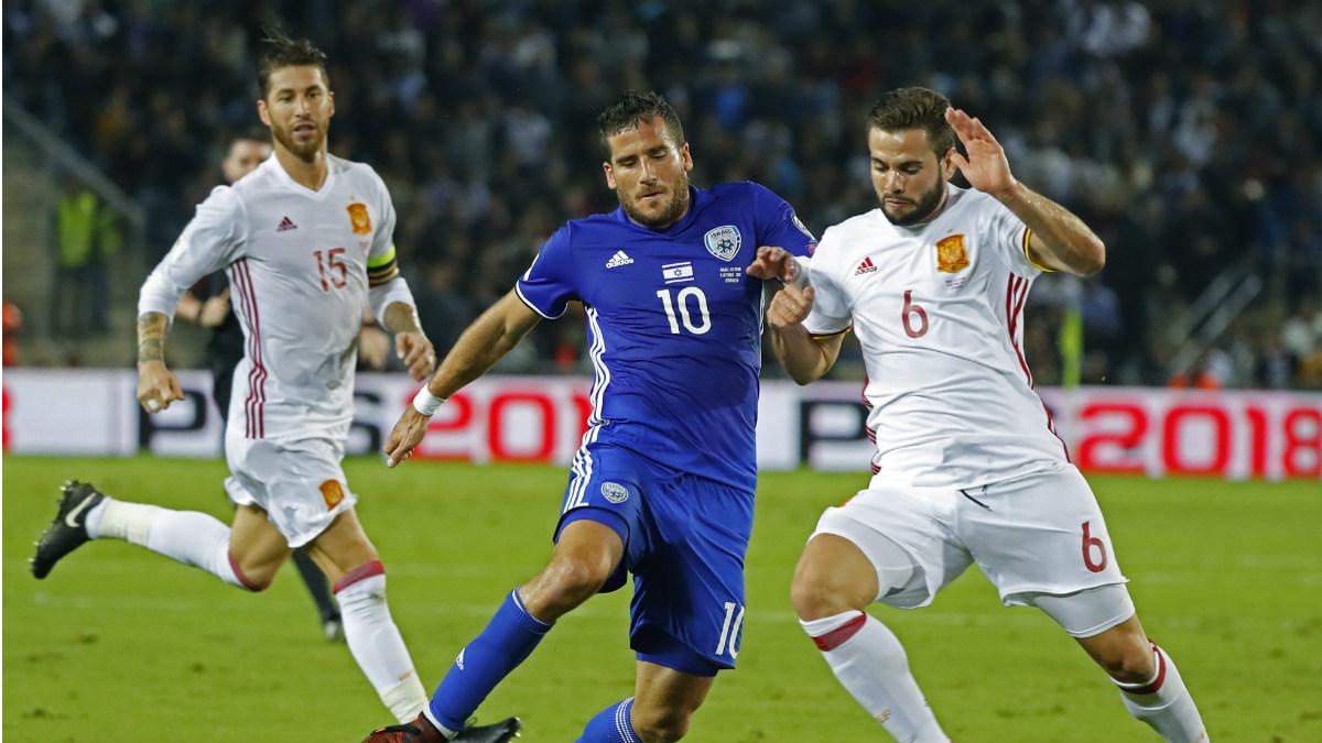Ramos y Nacho formaron pareja de centrales ante Israel. (AFP)